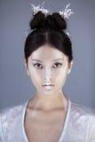 创造性的艺术构成和发型 亚洲美丽的女孩纵向 库存图片