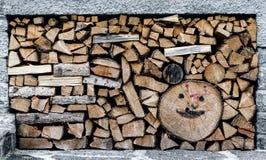 创造性的被绘的堆木材的棚 免版税库存图片