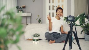 创造性的记录她的互联网博克的录影谈话,微笑和看照相机的博客作者快乐的少妇  股票录像