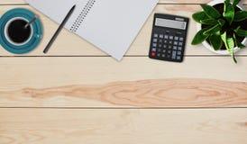 创造性的设计大模型套工作区书桌 家庭桌面顶视图  计算器、杯子用咖啡或茶,罐有花的, noteb 库存图片