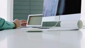 创造性的设计师为一台大规模计算机工作 股票视频