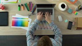 创造性的设计师起点工作日、开头膝上型计算机和键入的报告,顶视图 影视素材