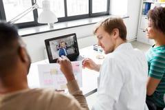 创造性的队有电视电话会议在办公室 库存图片