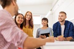创造性的队谈话在办公室 免版税库存照片