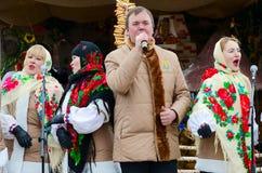 创造性的集体表现在户外Shrovetide庆祝期间的,戈梅利,白俄罗斯 库存图片
