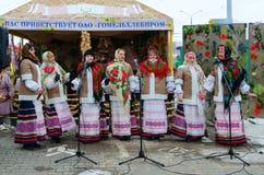创造性的集体表现在户外Shrovetide庆祝期间的,戈梅利,白俄罗斯 免版税库存图片