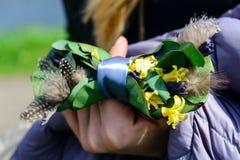 创造性的领带一只蝴蝶在新郎的手上,婚姻的装饰 免版税图库摄影