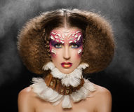创造性的头发构成 从野蛮trib的美丽的妇女 免版税图库摄影