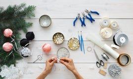 创造性的diy爱好 手工制造圣诞节装饰、球和诗歌选 免版税库存照片