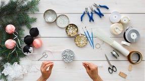 创造性的diy爱好 手工制造圣诞节装饰、球和诗歌选 库存照片