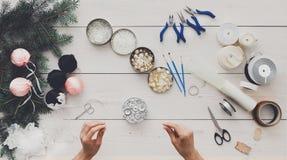 创造性的diy爱好 手工制造圣诞节装饰、球和雀鳝 库存照片