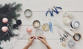 创造性的diy爱好 手工制造圣诞节装饰、球和雀鳝 免版税库存照片