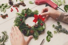 创造性的diy爱好 手工制造工艺花圈,圣诞节装饰,装饰品,丝带 库存图片