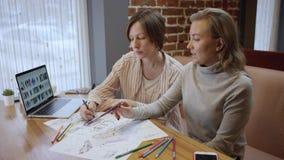 创造性的fashio设计师接近的射击便服的,看在膝上型计算机和画的剪影上 二妇女 股票视频