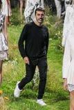 创造性的Giambattista Valli主任步行在Moncler Gamme胭脂展示期间的跑道 库存照片