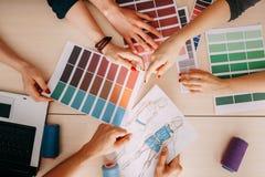 创造新的收藏的时装设计师队 免版税库存照片