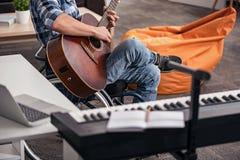创造新的歌曲的有天赋的残疾人 免版税库存照片