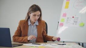 创造新的流动应用程序项目和做笔记的妇女在纸 股票录像