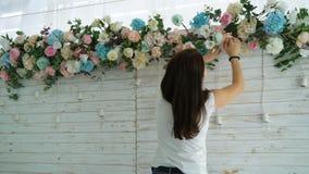 创造春天五颜六色的花束安排的特写镜头美丽的卖花人 影视素材