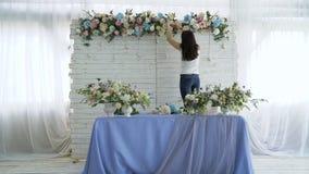 创造春天五颜六色的花束安排的美丽的卖花人 免版税库存照片