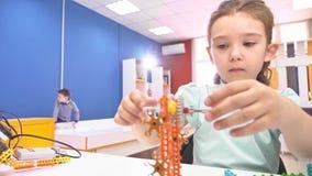 创造机器人的孩子在学校,词根教育 早期的发展, diy,创新,现代技术概念