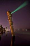 创造极光-异常的杆在水中在晚上 免版税图库摄影