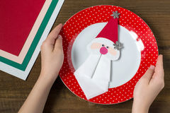 创造桌设置的圣诞节装饰 第10步 免版税库存图片