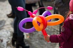 创造气球动物和不同的形状的一个自由职业者的小丑在室外节日在市中心 库存照片