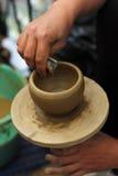 创造泥罐的手 免版税图库摄影