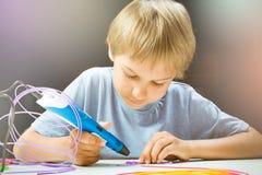 创造用3d打印笔的孩子 免版税库存照片