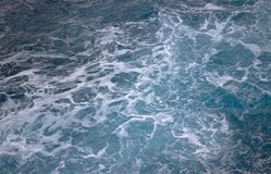 创造白色泡沫的蓝色海浪从上面被看见 免版税库存图片
