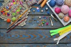 创造的钩针编织的首饰针线辅助部件 小珠,螺纹,勾子,在木背景的按钮 编织,钩针编织, emb 库存照片