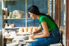 创造碗的女性陶瓷工 库存照片