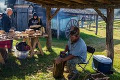创造碗的木雕家 图库摄影