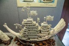 创造通过雕刻象牙雕刻民间艺术,内容是菲尼斯鸟作为船的载体 免版税库存照片