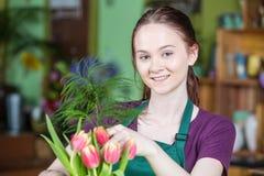 创造郁金香安排的卖花人 图库摄影