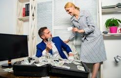 创造银行账户 银行辅助提议塑料卡片 信用贷款和现金概念 与现金银行客户的商人 免版税库存照片