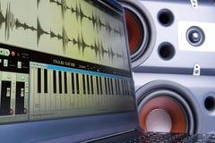 创造音乐在膝上型计算机的一位编辑,被弄脏的背景报告人 库存图片
