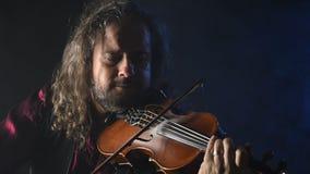 创造音乐的年轻有天才的小提琴手用他的小提琴 影视素材