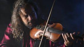 创造音乐的年轻有天才的小提琴手用他的小提琴 股票视频