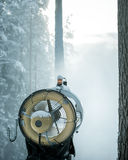 创造飞雪的雪发电器在森林 图库摄影