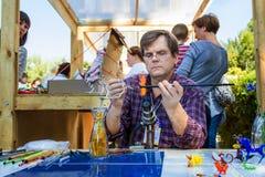 创造鸟形象的专业吹玻璃器 库存图片