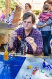 创造鸟形象的专业吹玻璃器 库存照片