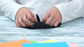 创造origami形象的男性手 股票视频