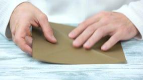 创造origami的男性手用包装纸 股票录像