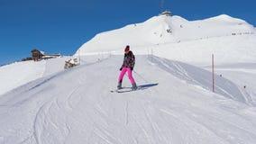 初学者仔细滑雪者妇女和减慢滑雪下来在山的滑雪倾斜 股票视频