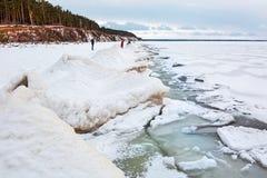 初期冬天,结冰新西伯利亚r的Ob 库存照片