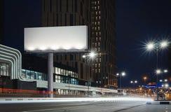 删去有启发性广告牌靠近明亮的路在夜间 3d翻译 库存图片