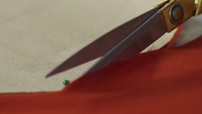 删去红色布料关闭的片断裁缝的手,设计师行业 股票视频