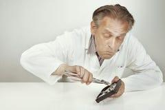 删掉从磁盘驱动器的磁盘驱动器专家数据与钳子 免版税库存照片